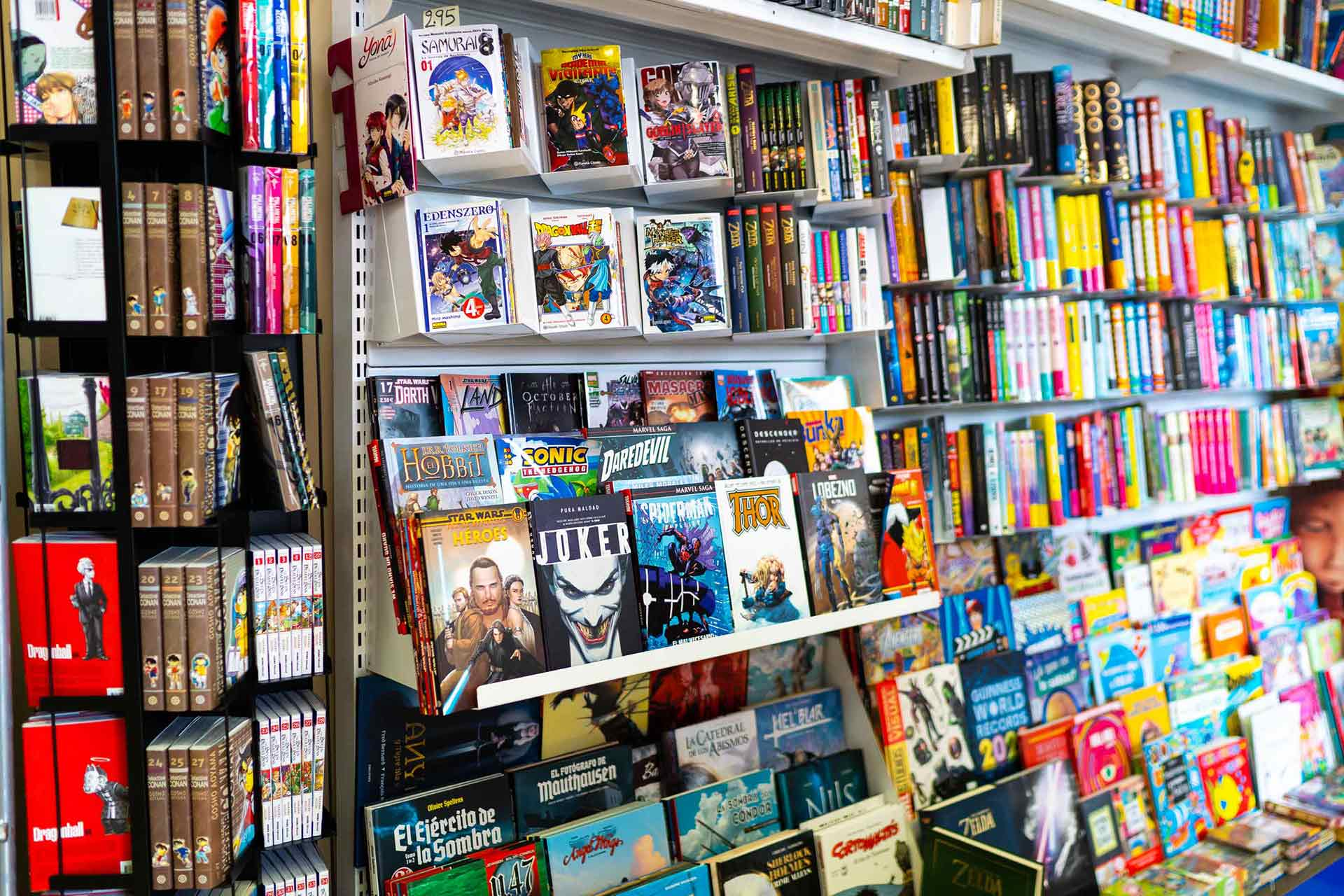 Especialziados en comics, autores europeos, marvel, DC y manga.